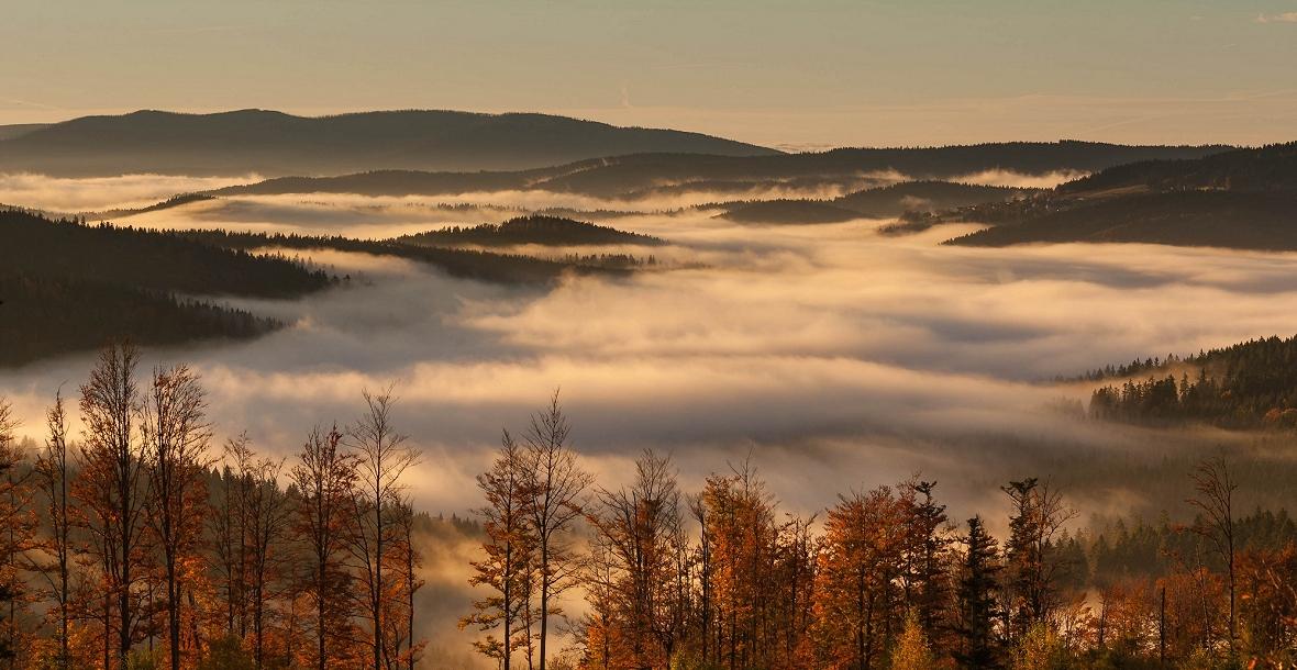 Herbstliches Bergpanorama im Bayerischen Wald mit Nebel im Tal