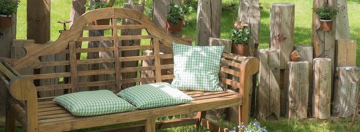 Gemütliche Holzbank im Gartenen des Grashöfle