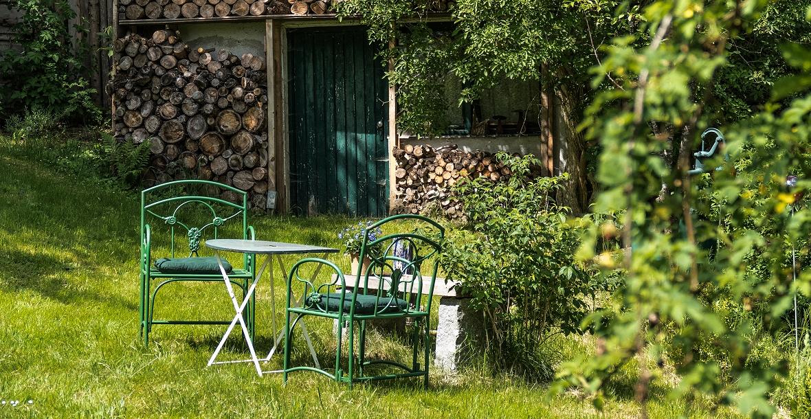 Sitzgruppe zum Entspannen im Naturgarten des Grashöfle