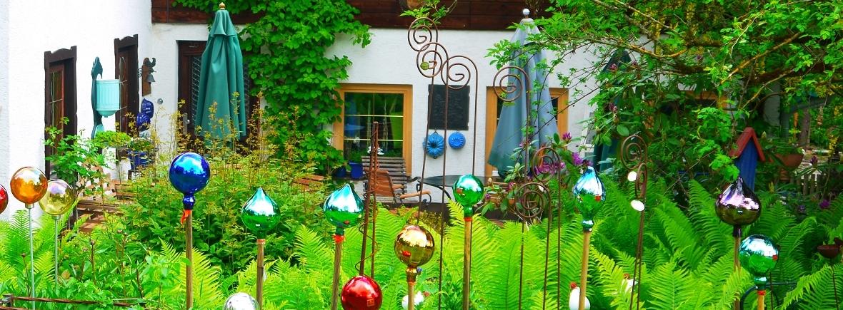 Blick auf die Terrasse des Grashöfle mit bunten Glaskugeln im Vordergrund