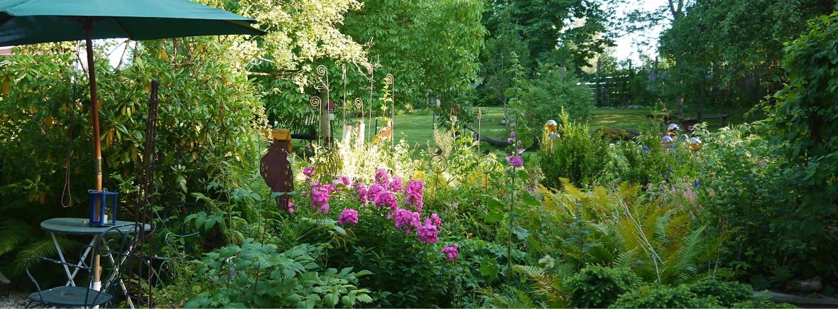 Auf der Terrasse im Grashöfle mit Blick in den Naturgarten