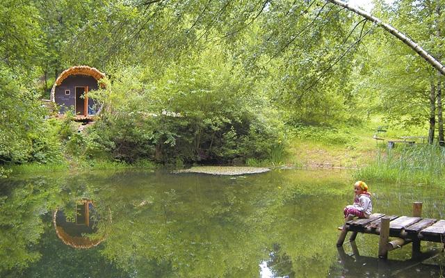 Sauna und Naturbadeteich mit Steg im großen Garten des Grashöfle